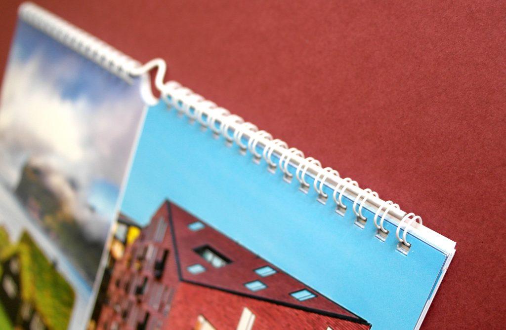 Настенный календарь Postcard from… (Открытки). Пружина, крупный план